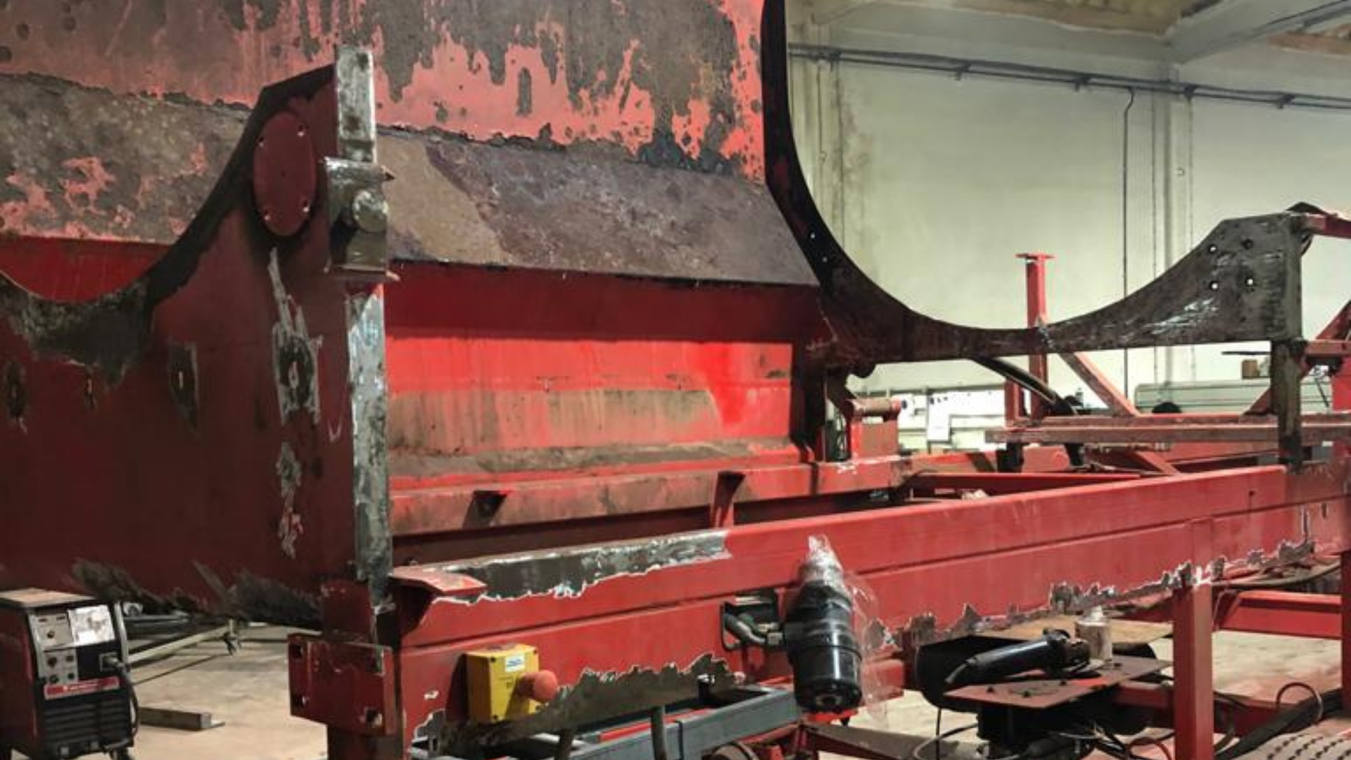 Reparação de caixa metálica em avançado estado de degradação
